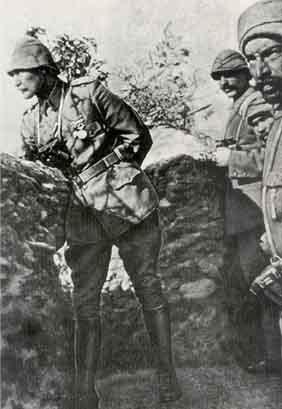 Arıburnu, Conkbayırı ve Anafartalar'da yaptığı başarılı savunma savaşlarıyla savaşın kaderini değiştiren komutan Kur. Alb. Mustafa Kemal Çanakkale'de Siperde (1915)