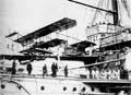 İskenderiye Limanı'nda keşif uçakları gemilere yükleniyor (1915).
